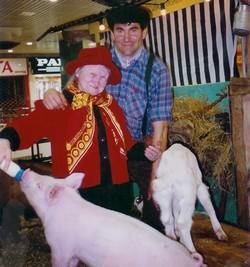 Il n'y a pas d'age pour donner le biberon au cochon